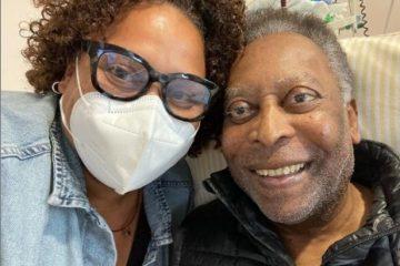 """Filha de Pelé posta foto jogando baralho com o pai e comemora recuperação: """"Vários passos para frente"""""""