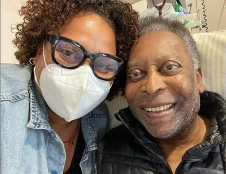 """pele e filha 1 - Filha de Pelé posta foto jogando baralho com o pai e comemora recuperação: """"Vários passos para frente"""""""