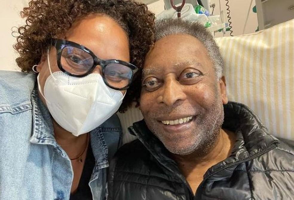 """pele e filha - Filha de Pelé posta foto ao lado do pai e diz que ele """"se recupera bem"""""""
