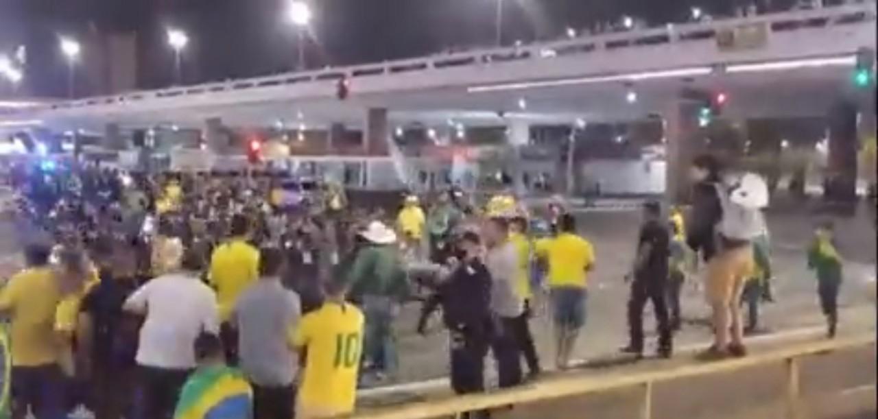 policia spray pimenta - VÍDEO: Manifestantes reagem com rojões após PMs utilizarem spray de pimenta contra grupo que queria furar bloqueio