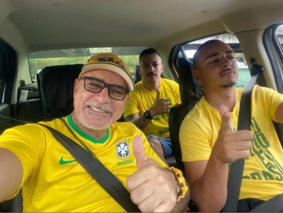 queiroz1 - PÁTRIA AMADA, BRASIL!: Investigado, Queiroz vai a ato e tira foto com totem de Roberto Jefferson