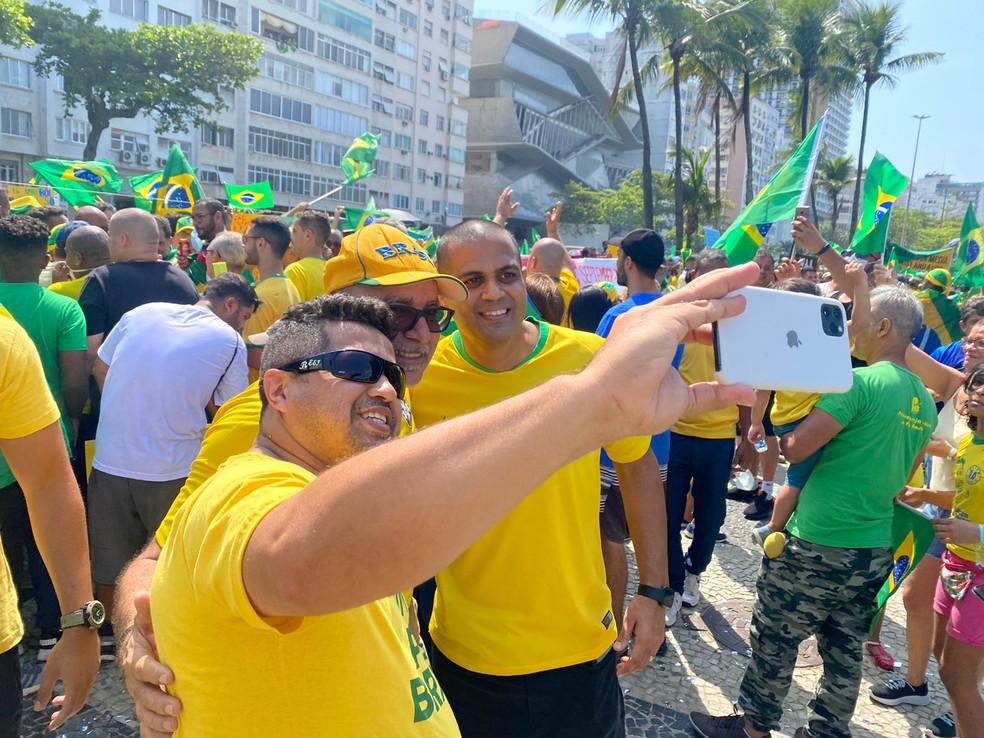 queiroz2 - PÁTRIA AMADA, BRASIL!: Investigado, Queiroz vai a ato e tira foto com totem de Roberto Jefferson