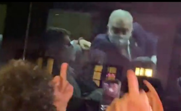 screen shot 2021 09 21 at 00 03 33 600x368 1 - Ministro da Saúde mostra dedo do meio para manifestantes em Nova York; VEJA VÍDEO