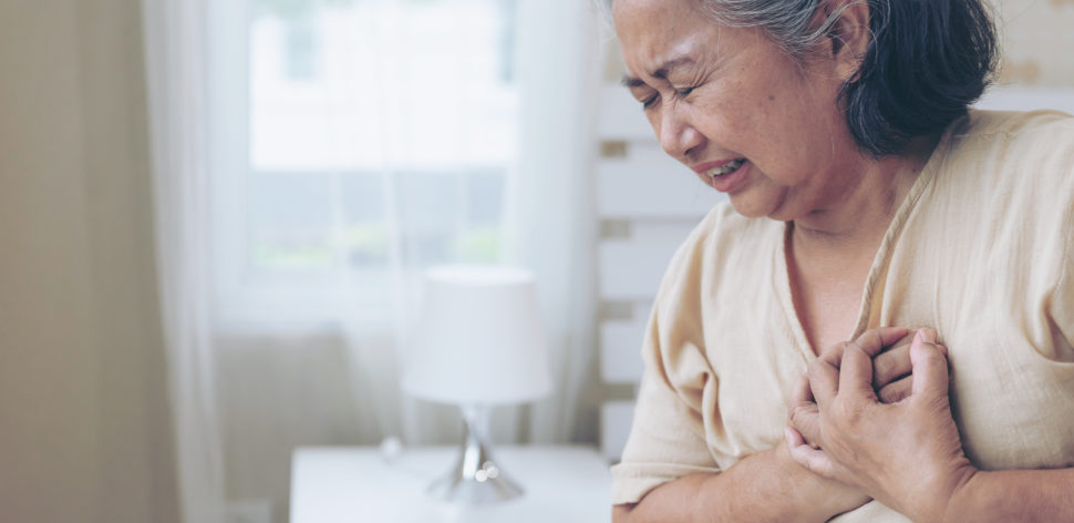 senior female asian suffering from bad pain in his chest heart attack at home senior heart disease 1 970x472 1 - 'Setembro Vermelho': Saiba como prevenir as principais doenças do coração