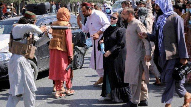 taliba - Imagem de talibã apontando fuzil para o peito de mulher em Cabul viraliza; VEJA VÍDEO