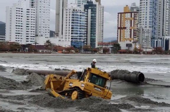 trator atolado e1631999836799 - Vídeo mostra trator 'engolido' por areia durante obra; máquinas auxiliam no resgate - ASSISTA