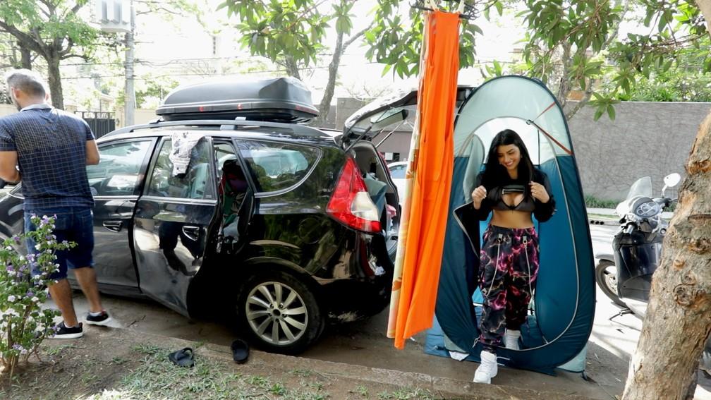 troca roupa ensaio 2.00 00 59 20.quadro001 - 70 TROCAS DE ROUPAS: Modelos de lojas usam mansões como cenário para ensaios fotográficos na rua