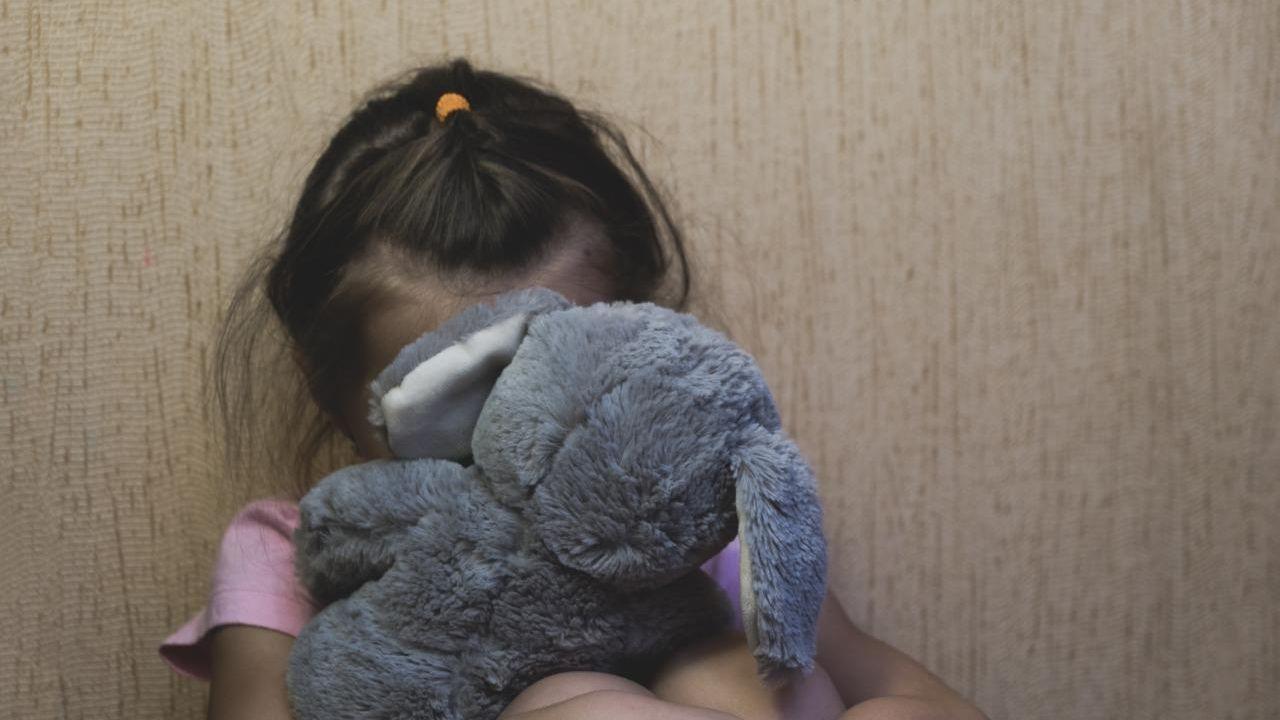 violencia sexual crianca - Mãe é presa após gravar e compartilhar vídeos pornográficos das filhas 4 e 11 anos de idade