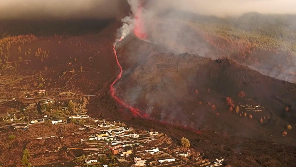 vulcao reuters - ILHAS CANÁRIAS: Vulcão continua em erupção em La Palma; aeroporto é reaberto