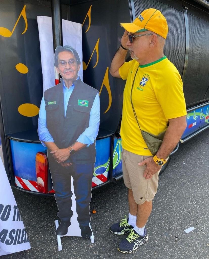 whatsapp image 2021 09 07 at 17.17.34 - PÁTRIA AMADA, BRASIL!: Investigado, Queiroz vai a ato e tira foto com totem de Roberto Jefferson