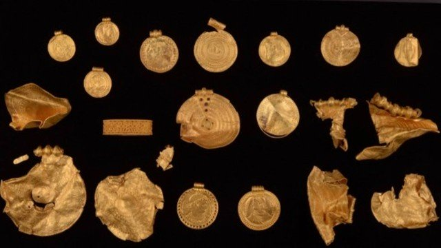 xblog gold 1.jpg.pagespeed.ic .M jxj P2T  - Caçador de tesouro calouro acha medalhões de ouro de 1.500 anos
