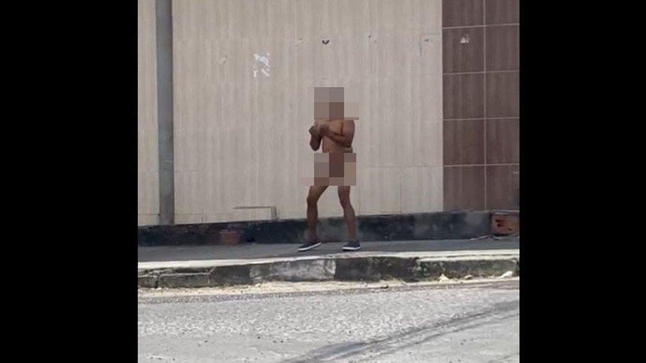 07ns75ikw4u5ecduglo2iwg2r - Policial surta, fica nu, atira contra chão e agride homem; VEJA VÍDEO