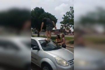25100347 homem teto 360x240 - Após batida, homem persegue, agride e quebra carro de mulher - VEJA VÍDEO