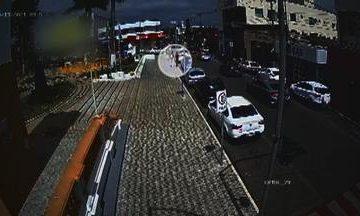 CRUEL! Câmera de segurança flagra homem se aproximando de ex antes de agredir e atear fogo em jovem – VEJA VÍDEO