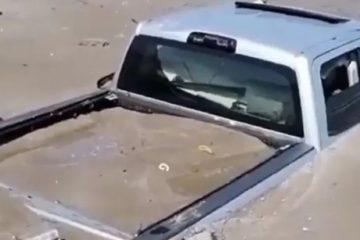 CAMINHAO AREIA 360x240 - Muita areia para o caminhãozinho? Picape é engolida em praia; VEJA VÍDEO