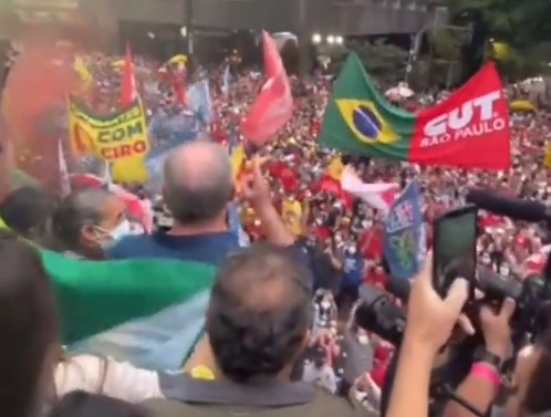 CIRO XINGAMENTO - Ciro Gomes é xingado em manifestação de esquerda, e reage: 'fascistas de vermelho;' VEJA VÍDEO