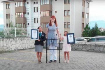 Com 2,15 metros, turca é a mulher mais alta do mundo