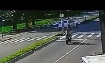 ACIDENTE GRAVE: Câmera flagra acidente após carro invadir contramão e atingir moto no bairro do Cristo – VEJA VÍDEO