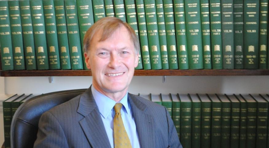 David Amess parlamentar Reino Unido - VIOLÊNCIA: Deputado morre após ser esfaqueado em encontro com eleitores