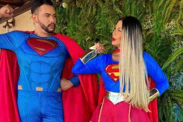 ORANDO PELAS CRIANÇAS: Renallida Carvalho deixa roupas de grifes de lado e realiza culto fantasiada de Super Girl – VEJA VÍDEO