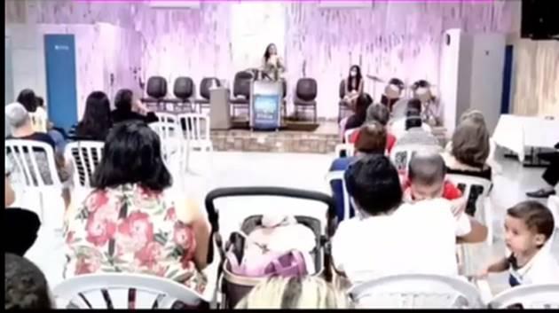 """Pastora fala palavrao no culto Reproducao - Pastora se """"empolga"""" durante pregação e fala palavrão seguido de línguas estranhas: """"Normal o c****"""" - VEJA VÍDEO"""
