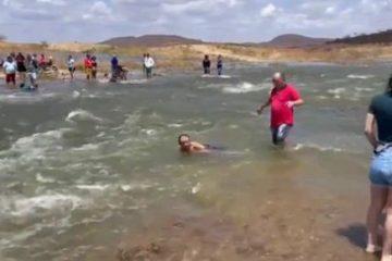Sertanejos celebram chegada de água às margens da transposição na Paraíba; VEJA VÍDEO