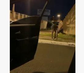 agressao 1 274x240 - Mulher transexual é atacada na rua enquanto amigos do agressor filmam o momento de violência - VEJA VÍDEO