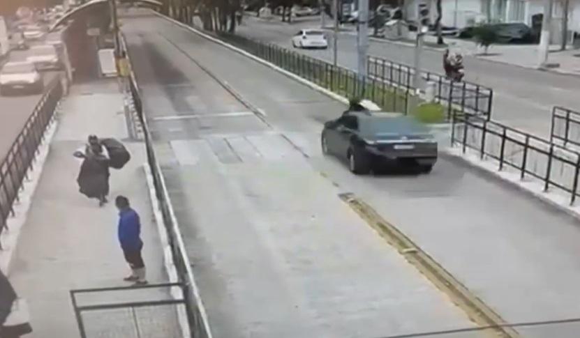atropelamento idoso - IMAGENS FORTES: Idoso de 76 anos é atropelado ao atravessar faixa de pedestre em corredor de ônibus e não resiste - VEJA
