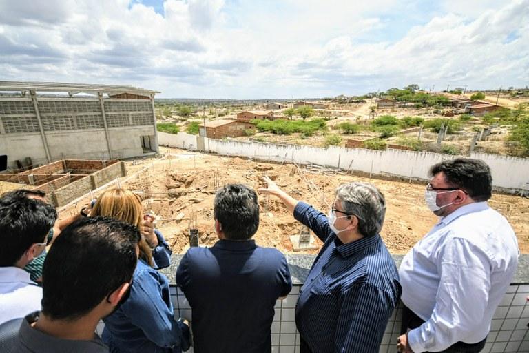 b0bca585 97f2 48b5 a446 cf737bddf8b7 - João Azevêdo entrega obras de pavimentação, quadra de esporte e inspeciona reforma de escola e construção de ginásio em Pocinhos