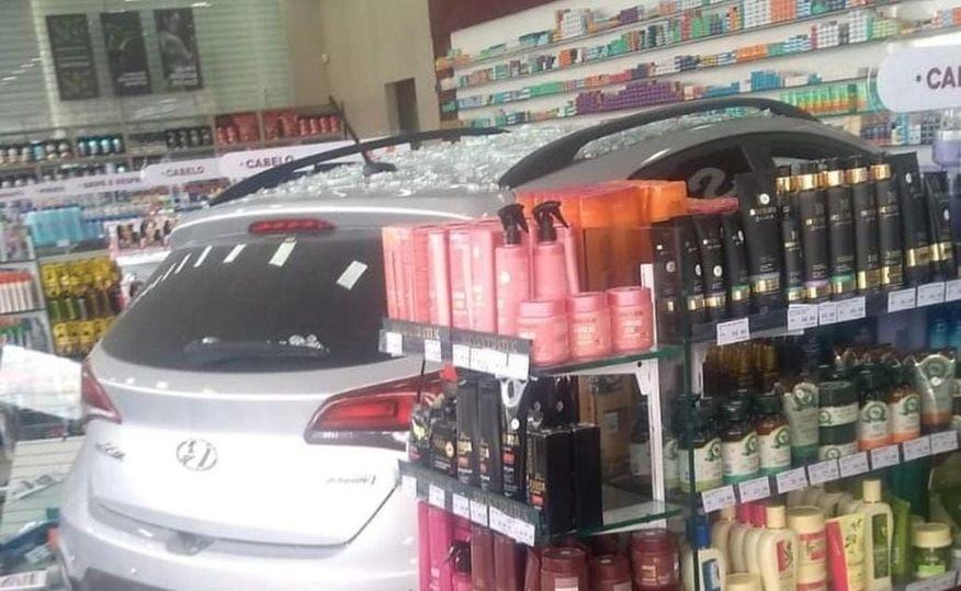 carro acidente farmacia - Motorista perde controle de veículo e invade farmácia em JP; ninguém ficou ferido