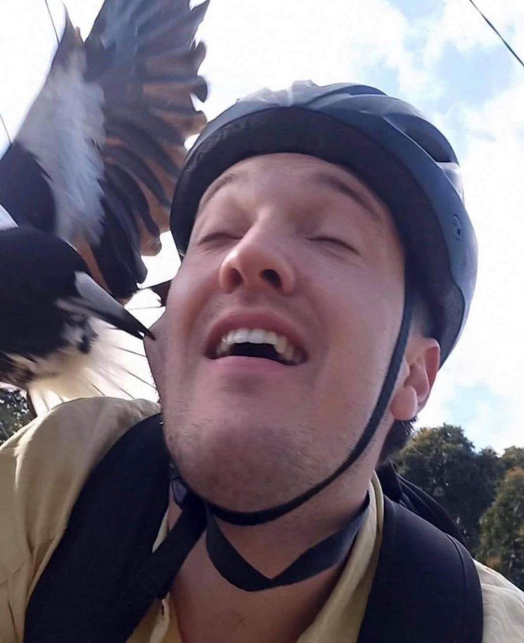 ciclista bicado bochecha ave 13102021200221520 scaled - Ciclista é bicado na bochecha por ave em clique surpreendente