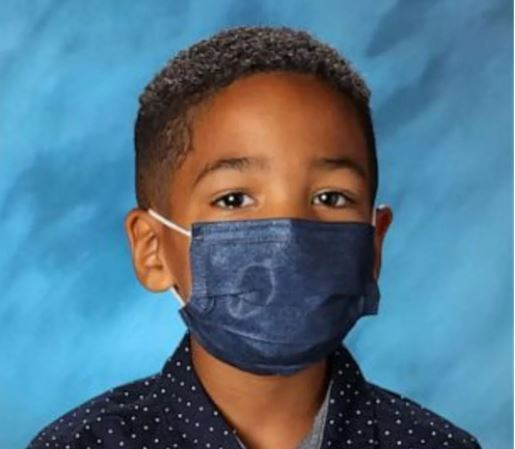 cri - Criança se recusa a tirar máscara na hora da foto da escola e recebe R$ 180 mil como 'prêmio' pela boa conduta