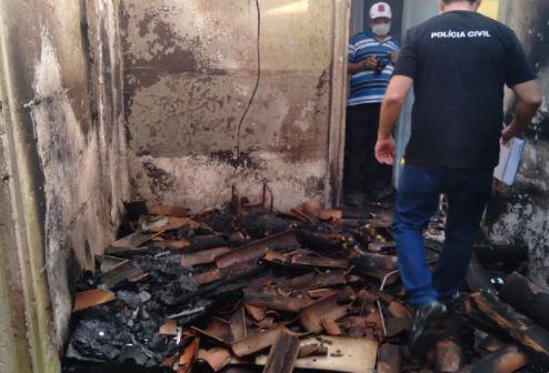 crime - Jovem de 23 anos morre carbonizado dentro de casa e polícia investiga se incêndio foi criminoso