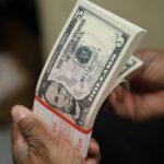dolar2 150x150 - Dólar bate R$ 5,57 e bolsa cai com preocupação sobre gastos públicos