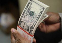 Dólar bate R$ 5,57 e bolsa cai com preocupação sobre gastos públicos