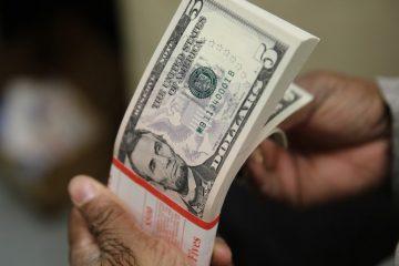 dolar2 360x240 - Dólar bate R$ 5,57 e bolsa cai com preocupação sobre gastos públicos