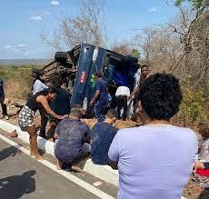 TRAGÉDIA: Ônibus com candidatos de concurso tomba e deixa quatro mortos e 34 feridos – VEJA VÍDEO