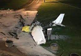 Avião com faixa que levava pedido de casamento cai e deixa um morto