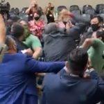 e25g0pcqhw2t87ygg3zcmx1gc 150x150 - DESCONTROLADOS: Grupo antivacina e contra o passaporte vacinal entra na Câmara de Vereadores de Porto Alegre e causa briga generalizada; assista