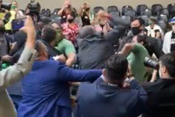 e25g0pcqhw2t87ygg3zcmx1gc 360x240 - DESCONTROLADOS: Grupo antivacina e contra o passaporte vacinal entra na Câmara de Vereadores de Porto Alegre e causa briga generalizada; assista