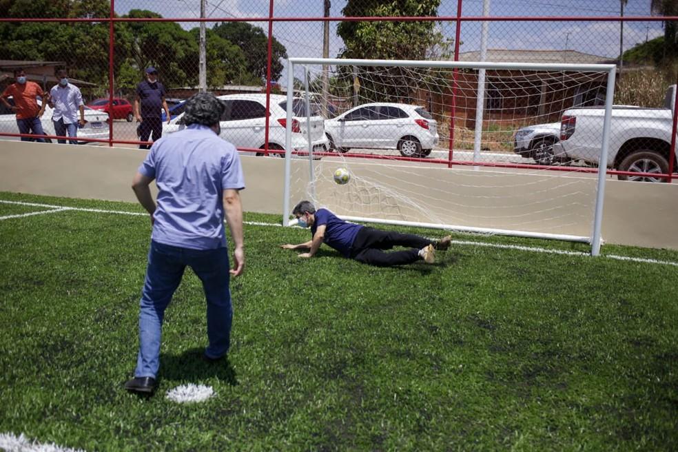 fazju9bweaukdxk - Vice-presidente da CPI da Covid, senador Randolfe desloca o ombro ao tentar defender pênalti