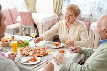 idosos refeicao 2 1  360x240 - Saiba o que é 'poupança de cálcio' e como ela pode ajudar a prevenir a osteoporose