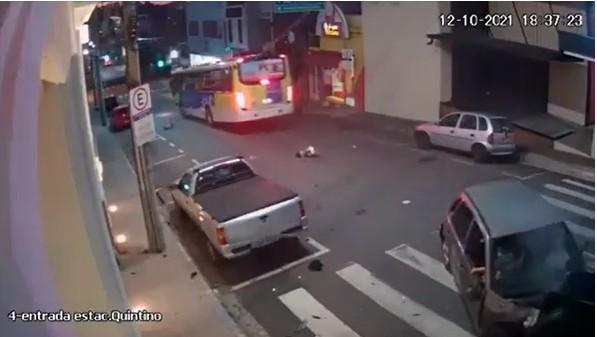 imagem 2021 10 13 225304 - Criança é arremessada de carro após colisão e quase é atropelada por ônibus - VEJA VÍDEO