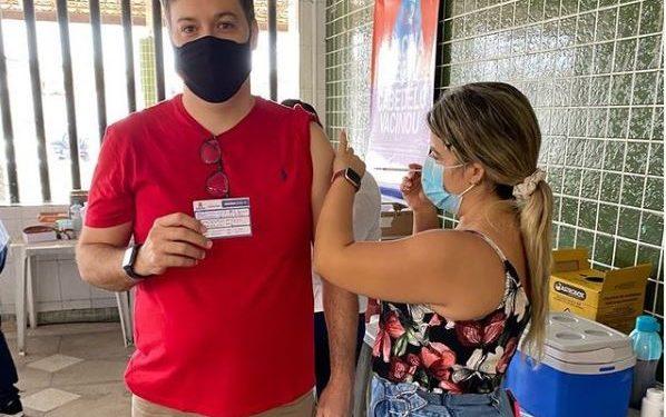 """junior 598x375 1 - Júnior Araújo toma 2ª dose da vacina contra Covid-19 e reforça: """"Só com a conclusão do ciclo é que teremos condições de recuperar nossa rotina"""""""