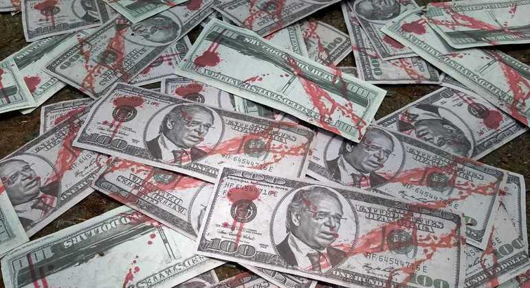 manifestantes usam dinheiro falso em protesto contra guedes 07102021115159046 - Dinheiro falso com rosto de Guedes é usado em protestos
