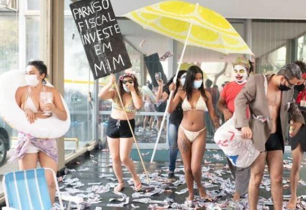 mst - Com boia e dinheiro falso, MST faz ato contra empresa de Guedes - VEJA VÍDEO