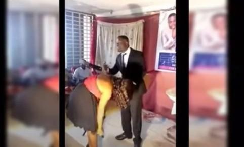 "pastor - POLÊMICO! Pastor depila mulheres no culto para atrair ""espírito santo"" - VEJA VÍDEO"