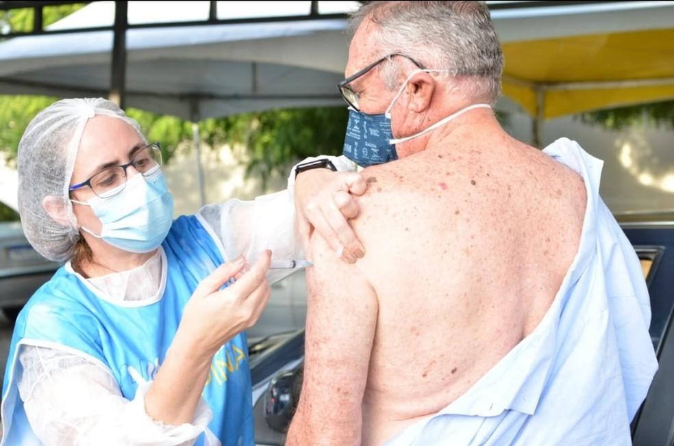 Campina Grande vacina com dose de reforço em idosos e trabalhadores da saúde nesta sexta-feira