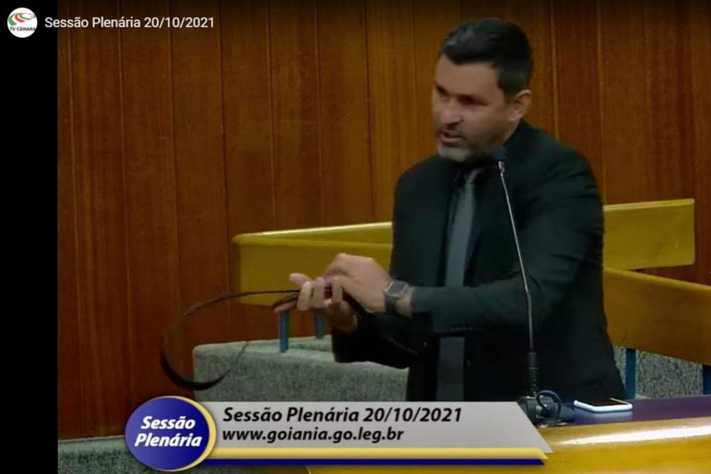 vereadorcinto 1024x682 1 - BAIXARIA! Vereador ameaça colega com surra de cinto durante sessão plenária - VEJA VÍDEO
